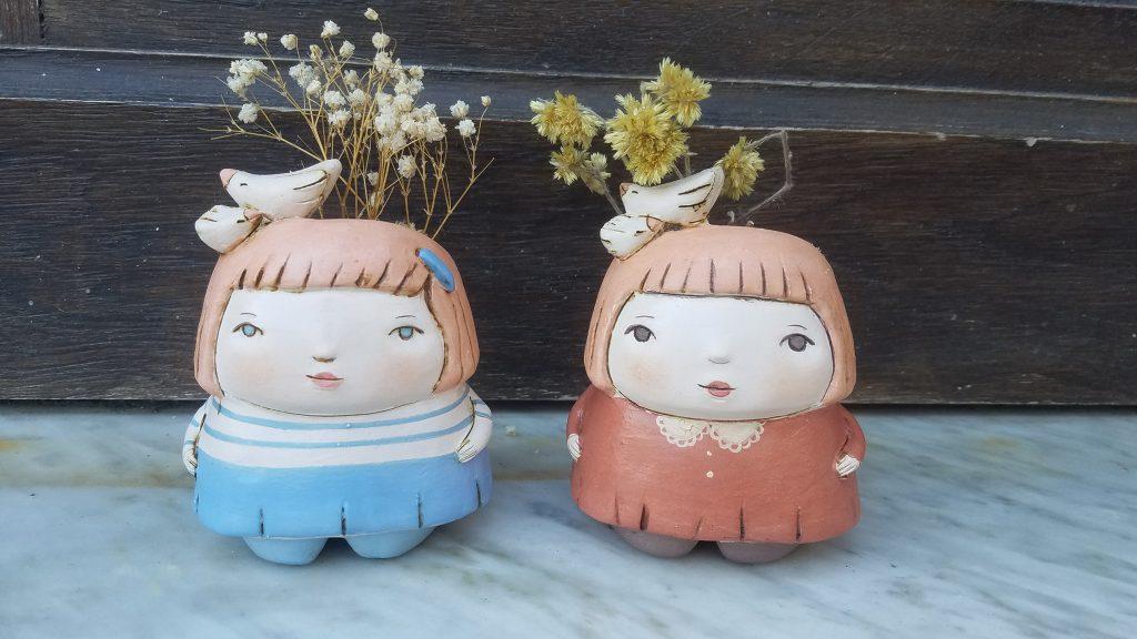 Macetas de cerámica pintadas con engobes medidas 11cm x 8cm aproximadamente.